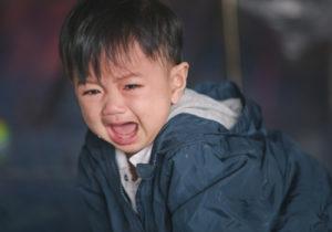 外出時に泣く子供